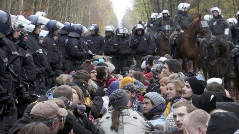 Tyskland 2010. Aktivister sitter på tågrälsen för att hindra ett tåg med kärnkraftsavfall. Bild: dapd/Sebastian Willnow/AP/TT