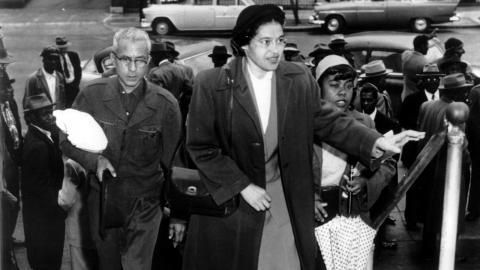 Rosa Parks anländer till domstolen, i februari 1956, för det rättsliga efterspelet efter bussaktionen.