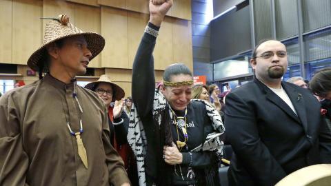Glädjetårar. Olivia One Feather från stammen Rock Sioux, i mitten, gråter av glädje när staden Seattle bestämt sig för att divestera ur ett av företagen som skulle finansiera pipelinen.