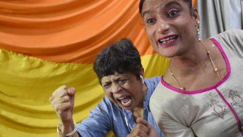 Hbtq-aktivister firar utanför domstolen i Mumbai.  INDRANIL MUKHERJEE/AFP