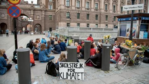 Ungdomar skolstrejkar tillsammans med Greta Thunberg utanför Riksdagshuset tidigare i september inför valdagen den 9 september .  Bild: Marko Säävälä/TT