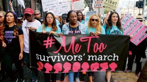 """Tarana Burke, i mitten, grundade Metoo-rörelsen 2006, elva år innan det blev en internationell hashtag. """"Jag har sagt gång på gång att #metoo-rörelsen är för oss alla, och det gäller även dessa modiga unga män som nu träder fram,"""" skriver hon på Twitter. Bild: Damian Dovarganes/AP"""
