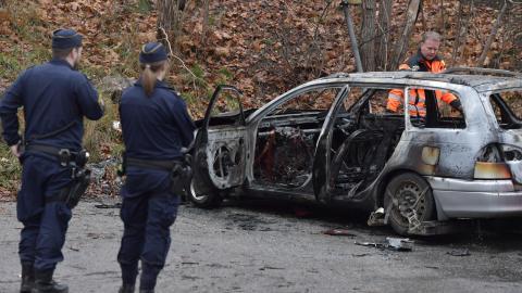 Polis och bärgare vid en av bilarna som var inblandad i skottlossningen i Bromma i november förra året. Bild: Jessica Gow/TT