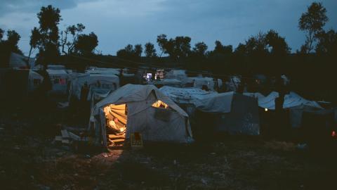 Flyktinglägret på den grekiska ön Lesbos har plats för 3 000 personer. Men efter att många flyktingar anlänt i september bor nu 9000 människor där. Bild: Petros Giannakouris/AP/TT