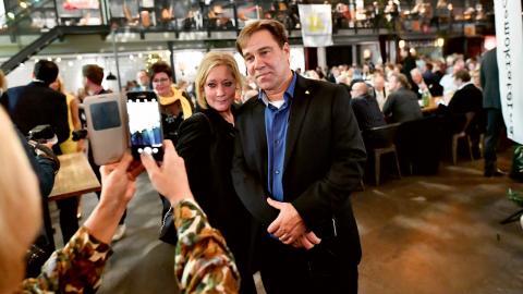 Partiledaren Martin Wannholt med sällskap under Demokraternas valvaka i Göteborg. Bild: Björn Larsson Rosvall/TT