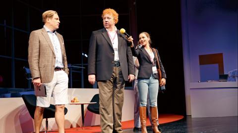 Eric Ericson, Anders Jansson och Victoria Dyrstad under publikt genomdrag för farsen Till varje pris på Stadsteatern.