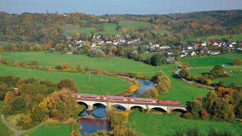I Tyskland ska det statliga järnvägsbolaget Deutsche Bahn underlätta för tågresenärer att göra internationella bokningar. Tåget på bilden passerar Blankenberg. Bild: InterCityImpress (CC BY-SA 2.0)