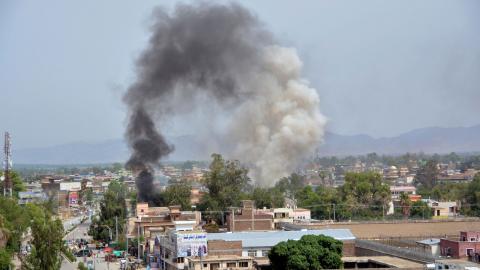 Rök stiger mot himlen efter en dödlig attack i Jalalabad tidigare i år. Foto: Mohammad Anwar Danishyar/TT/AP