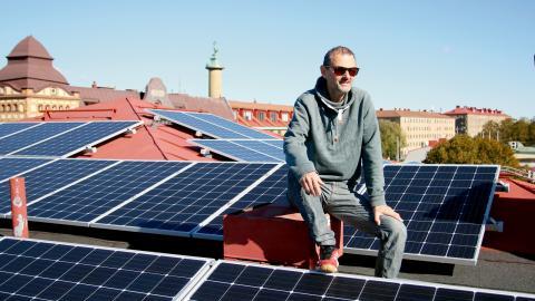 Erik Ridderstolpe tycker att det är konstigt att inte fler hus har solceller på taket.