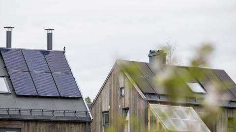 Så, när du ser att ett hus med solceller på, så gläds åt att de som bor där inte bara sänker sina egna elkostnader. De sänker elpriset och därmed också din elräkning. Foto: Tore Meek/TT/NTB