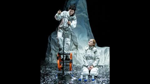 Myra Neander och Malin Alm på bilden är två av skådespelarna. Anita Nyman är den tredje. Bild: Sören Vilks