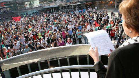 Palestinas ambassadör i Sverige, Hala Husni Fariz, under en demonstration. Foto: Fredrik Persson/TT