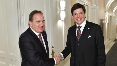 Socialdemokraternas partiledare Stefan Löfven (S) hälsar på talmannen Andreas Norlén vid deras möte i riksdagen. Bild: Henrik Montgomery/TT