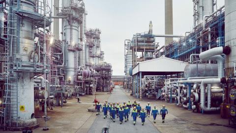 """Naturskyddsföreningen och en mängd privatpersoner har överklagat Preems planer på           att bygga ut raffinaderiet i Lysekil. """"Får de bygga ut klarar vi inte miljömålen, och det vore förödande"""", säger David Kihlberg. Bild: Preem"""