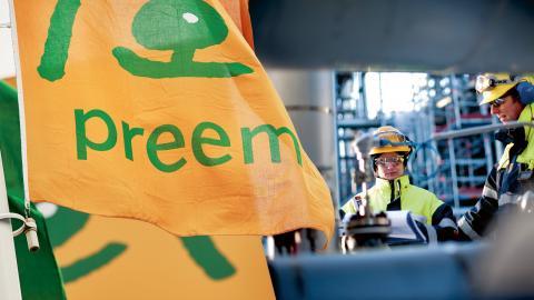 Utbyggnaden av Preems raffinaderi i Lysekil innebär att bolaget överger tjockoljan för att istället tillverka svavelfri bensin och diesel. Men samtidigt kommer utsläppen av koldioxid att öka – från 1,7 miljoner ton per år till 3,4 miljoner ton.  Bild: Preem