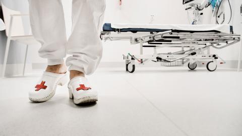 """""""Undersköterskan finns med i alla delar av livet och kan jobba med så många olika saker. Från födsel till död. En undersköterskas kompetens behövs överallt"""", skriver debattören. Bild: Tomas Oneborg/TT"""