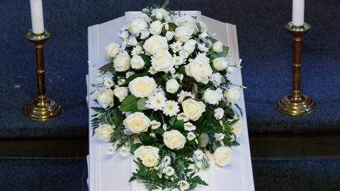 En genomsnittsbegravning kostar runt 25000 kronor, enligt begravningsbranschens uppskattning – men det finns billigare alternativ.  Bild: Gorm Kallestad/TT