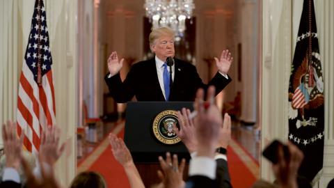 """""""På andra sidan ringen står ett allt mer reaktionärt republikanskt parti, kraftigt påhejad av en högerpress badande i konspirationsteorier, och med en president som av allt att döma saknar förståelse för demokratiska principer och värderingar"""" Bild: Evan Vucci/AP"""