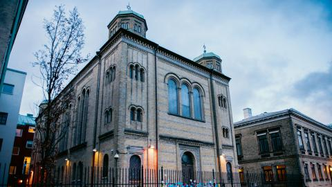 Synagogan i Göteborg kärleksbombas efter lördagskvällens attack. Blommor och pappershjärtan sattes upp på grindarna till byggnaden Bild: Nora lorek/TT