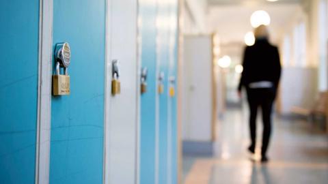"""""""Bästa lösningen för ensamkommande är att alla oavsett när de kom till Sverige ska ha rätt att gå i skolan och söka tillfälligt uppehållstillstånd genom den nya gymnasielagen"""", skriver debattören. Foto: Jessica Gow / TT"""