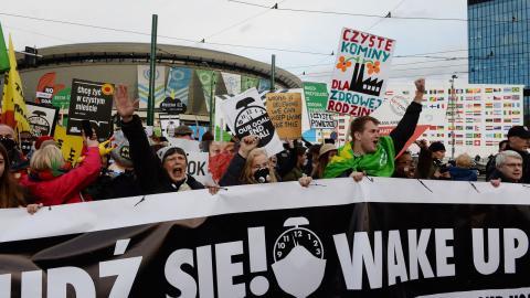 Klimataktivister utanför konferensanläggningen där COP24-förhandlingarna pågår.  Alik Keplicz/AP Photo