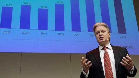 Även efter Nordeas flytt av huvudkontoret till Finland fortsätter banksektorn vara stor i Sverige. Här Nordeas vd Casper von Koskull. Foto: Janerik Henriksson / TT