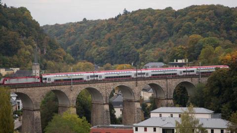 Omkring 400 000 människor i landet och i grannländerna arbetspendlar dagligen till huvudstaden Luxemburg.  Foto: Virginia Mayo/TT/AP