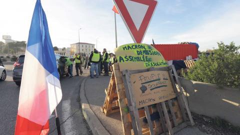 Över 80 000 människor demonstrerar runt om i Frankrike. I Martigues i södra Frankrike har några demonstranter ockuperat en rondell. Foto: Claude Paris/TT/AP