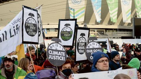 Klimataktivister utanför konferenscentret i Katowice där toppmötet ägde rum. Bild: Alik Keplicz/AP/TT