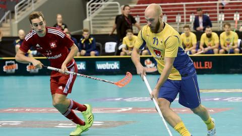 Sveriges Martin Östholm (höger) och Schweiz Manuel Maurer under semifinalen mellan Sveige och Schweiz i Innebandy-VM i Riga, Lettland 2016. Nu spelar han i VM igen.  BIld: Ieva Cika/TT