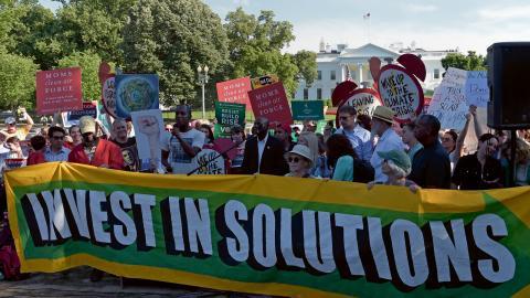 Klimataktivister demonstrerar mot Donald Trump utanför Vita Huset i Washington, USA.  Bild: Susan Walsh/AP
