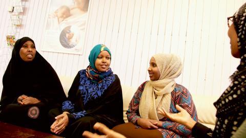 Doulorna på Mammaforum i Bergsjön välkomnar en av dagens första besökare. Till vänster Saido Mohamed och Ubah Abdisamad, längst till höger Duha Geedi. Bild: Sao-Mai Dau