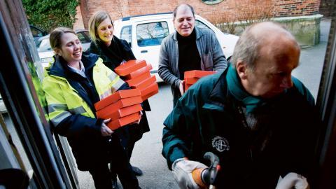 Stadsmissionen volontärer hjälper bland annat till att ordna julbord och brödutdelning på julafton. Just nu söker de läxhjälpare och personal till deras secondhand-affärer. Bild: Adam Ihse/TT