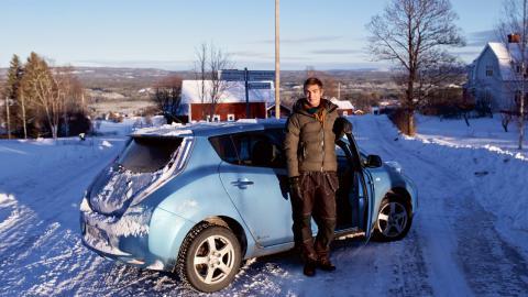 Andreas Marklund i Skattungbyn tror på gemensamma lösningar, såsom att äga en solcellsdriven elbil tillsammans med andra i byn.  Bild: Mattias Göthberg