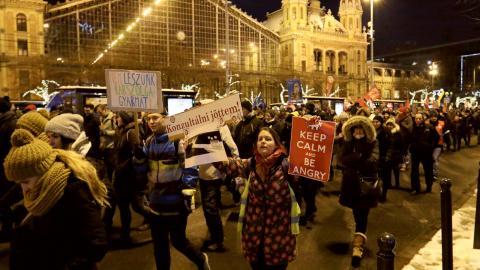 De regeringskritiska protesterna i Budapest har lockat tiotusentals deltagare som vill försvara demokratin.  Bild: Joakim Medin