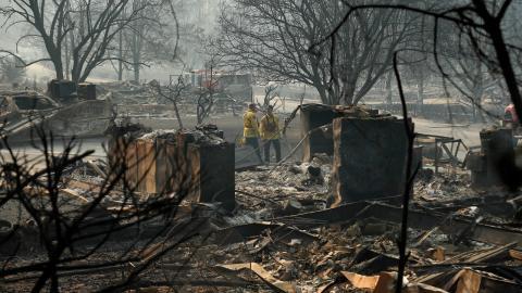 Brandmän letar efter kvarlevor av människor i en trailerpark i Paradise, Kalifornien efter den förödande Camp fire-branden.  Bild: AP/TT