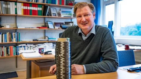 Forskaren Leif Asp med en spole kolfibergarn. Bild: Johan Bodell