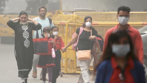 14 av världens 15 mest förorenade städer ligger i Indien. Landet satsar nu stort på att minska utsläppen från industrier, trafiken, byggsektorn och förbränning av restprodukter.  Bild: Manish Swarup/AP