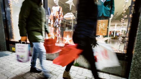 Om alla konsumerade lika mycket som Sveriges invånare skulle mänskligheten förbruka fyra jordklot.  Bild: Gorm Kallestad/TT