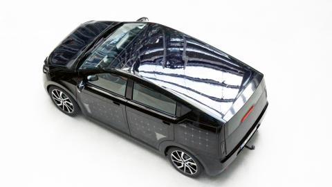 Elbilen Sion är täckt med solpaneler, vilka kan generera energi för upp  till 30 kilometers körning.  Bild: Sono motors
