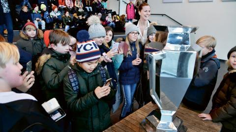 Många av skolbarnen ville posera både med CHL-bucklan och före detta fotbollsstjärnan Lotta Schelin, numera ambassadör för Frölundas sociala projekt.  Bild: Håkan Bjärsdal