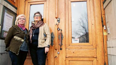 Hjördis Ahlm och Margareta Johansson är besvikna att nedskärningar i kommunens budget drabbar seniorkaféet. Bild: Maria-Elena Zelaya