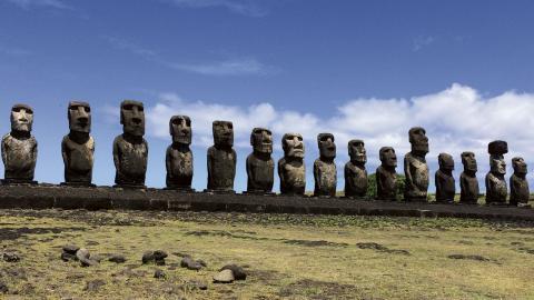 Vid den 200 meter långa begravningsplatsen Tongariki Ahu finns 15 stenstatyer placerade framför vulkanen Rano Raraku. Nu säger lokala företrädare att klimatförändringarna är på väg att drabba Påskön hårt. Bild: Orlando Milesi/IPS