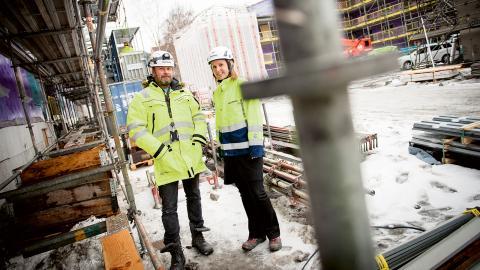 Positiva. Per Holmstedt, platschef, och Kristin Lundmark, hållbarhetschef, på Wästbygg är optimistiska och tror att byggbranschen kommer att klara av att bli klimatneutral till 2045.  Bild: Martin Spaak