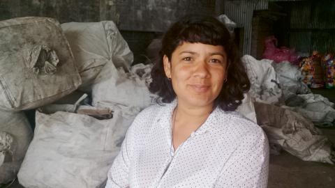 """Analia Cabaña är samordnare av informella arbetare i Buenos Aires-förorten Moreno. """"Jag  är 32 år och har stått  i kassa, som sömmerska, i festlokal – alltid utan vit anställning.""""  Bild: Jon Weman"""