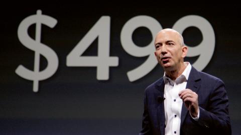 Jeff Bezos är den rikaste personen i världen enligt Celebrity Net Worth.  Bild: Reed Saxon/TT/AP