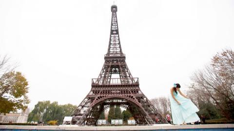 """I staden Shenzhen ligger temaparken """"Window of the World"""" vars högsta punkt är toppen på den 108 meter höga kopian av Eiffeltornet. Bild: Alexander F. Yuan/AP/TT"""