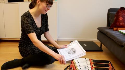 Musikern Emma-Lina Rydén använder musiken för att få barnen på jouren att prata om det som är jobbigt.   Bild: Stina Berglund