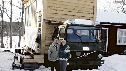 """""""Det finns två förklaringar till att vi byggt husen på lastbilsflak. Dels så förenklar det den byråkratiska processen i och med att vi på det sättet inte behöver bygglov.""""  Bild: Jörgen Lund"""