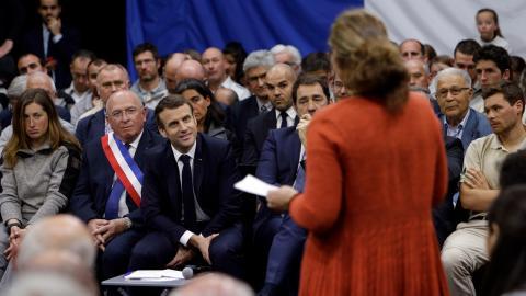 President Emmanuel Macron möter invånarna i en debatt i Greoux Les Bains i sydöstra    Frankrike.  Bild: Claude Paris
